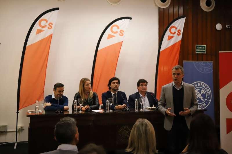 Toni Cantó con otros candidatos en el Ateneo Mercantil. CS