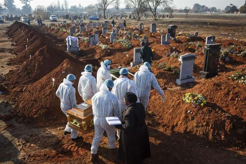 Entierro de una víctima de Covid-19 en Sudáfrica. EFE/EPA/KIM LUDBROOK/Archivo