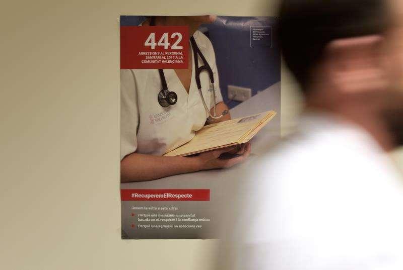 Un hombre pasa ante un cartel de la campaña de recuperar el respeto a los facultativos médicos, que, aunque tienen rango de autoridad pública, sufren aún amenazas y agresiones por parte de pacientes o sus familiares. EFE/Archivo