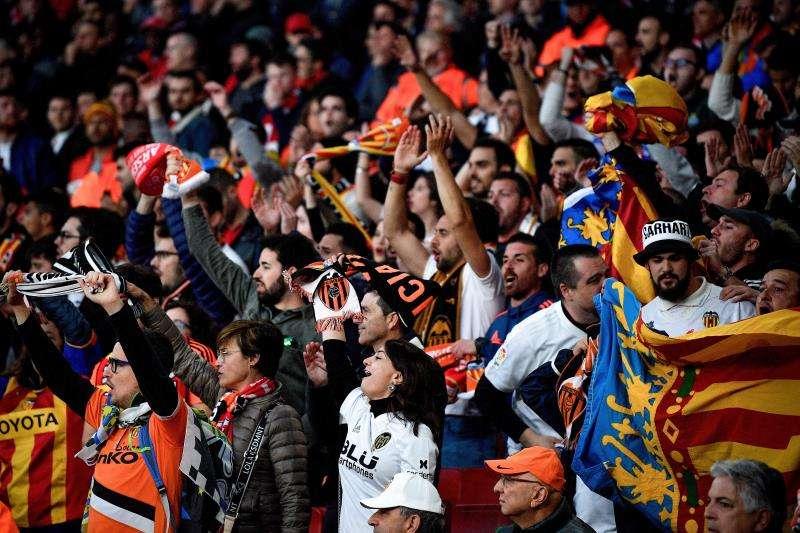 Seguidores del Valencia animan a su equipo este jueves, durante el partido de ida de la semifinal de la Liga Europea UEFA, entre el Arsenal FC y el Valencia CF, en Londres (R.Unido). EFE