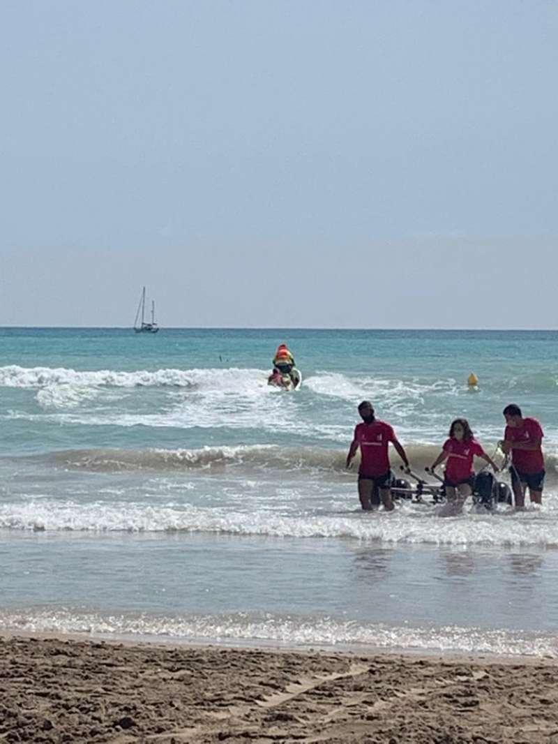 Los socorristas sacan a la persona del agua.