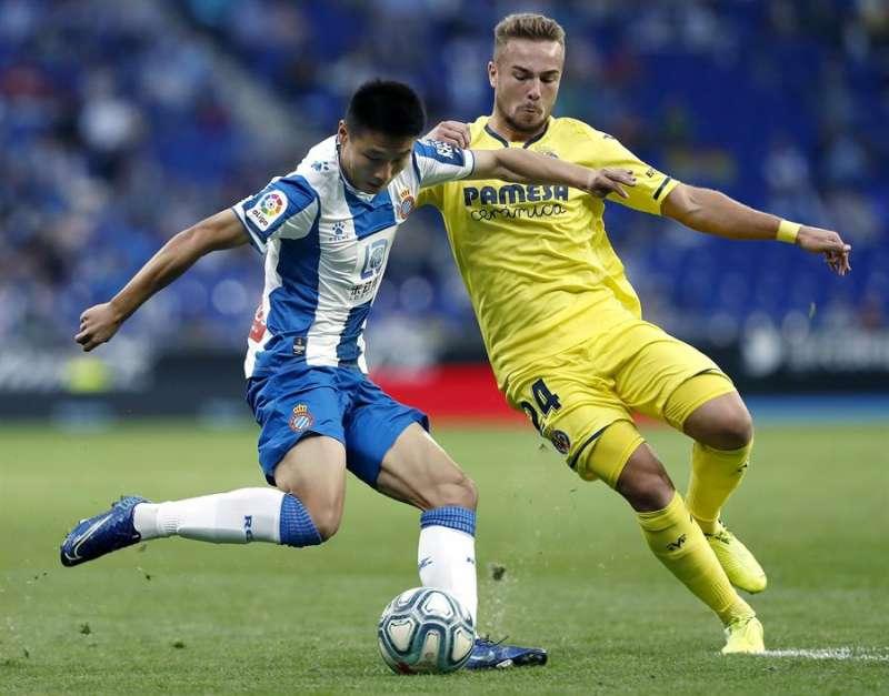 El delantero del Espanyol Wu Lei (i) disputa un balón con el centrocampista del Villarreal Javier Ontiveros (d) en el partido de la primera vuelta. EFE/Archivo