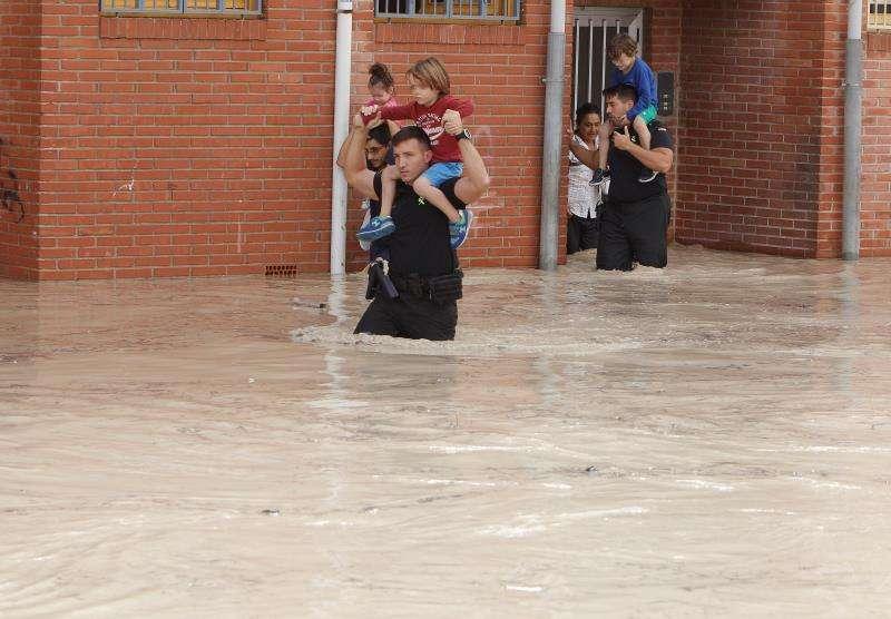 Las intensas lluvias que están afectando a la Comunidad Valenciana han obligado este viernes a evacuar una pedanía de Almoradí (Alicante) y a efectuar desalojos en ocho municipios alicantinos, además de rescatar a una persona atrapada en su coche en la AP-7 en Pilar de la Horadada (Alicante). EFE/ Morell