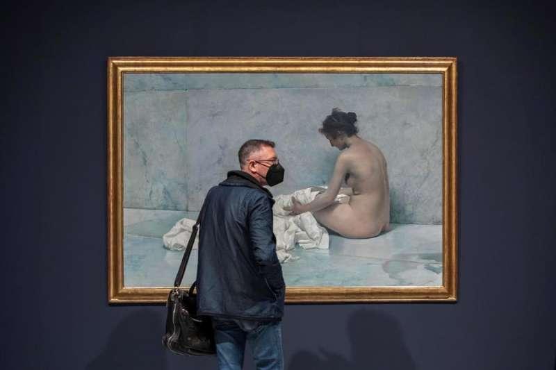 Una persona contempla la exposición