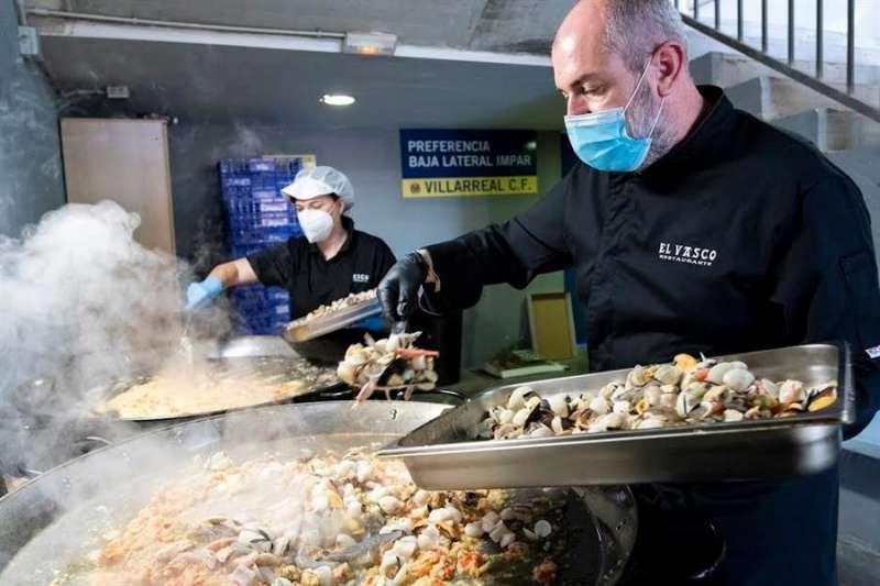 El Villarreal mantendrá durante dos meses mañas su campaña de alimentos para los más necesitados. EFE