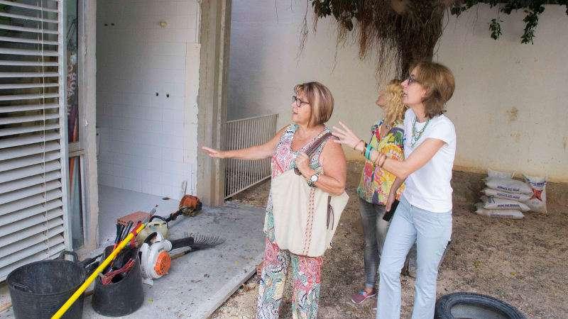 La alcaldesa Conxa Garcia y la concejala de Educacion Belen Bernat visitan las obras en un colegio de Picassent. EPDA