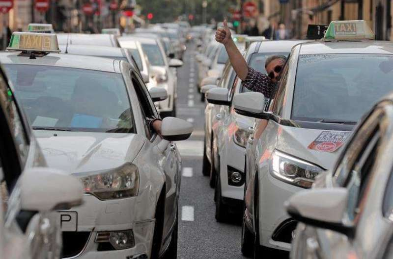 Taxis circulando por València en una imagen de archivo. EPDA