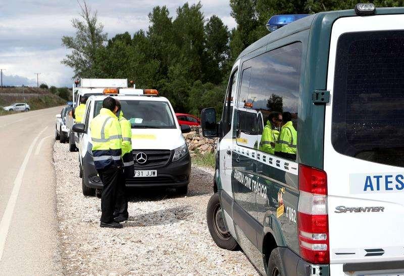 Agentes de la Guardia Civil intervienen tras un accidente en una imagen de archivo. EFE
