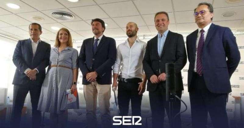 Los candidatos a la Alcaldía de Alicante, momentos antes del debate, en una imagen difundida por la Ser.