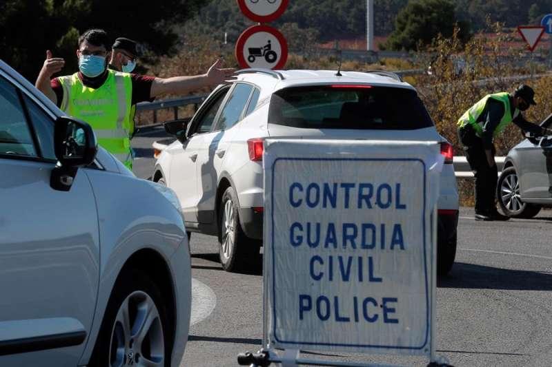 Imagen de archivo de un control de la Guardia Civil en la A-3 al inicio del cierre perimetral de la Comunitat Valenciana. EFE