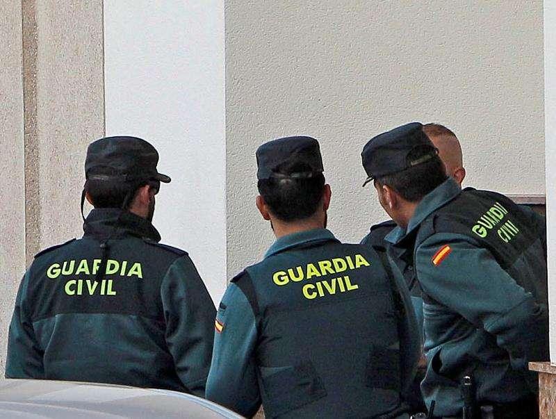 Agentes de la Guardia Civil durante una intervención. EFE/Archivo