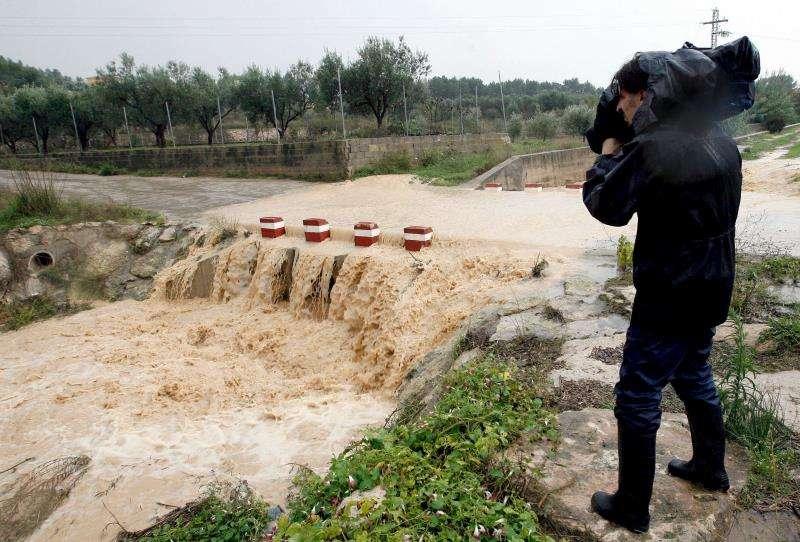 Un cámara graba el daño de las lluvias. EFE