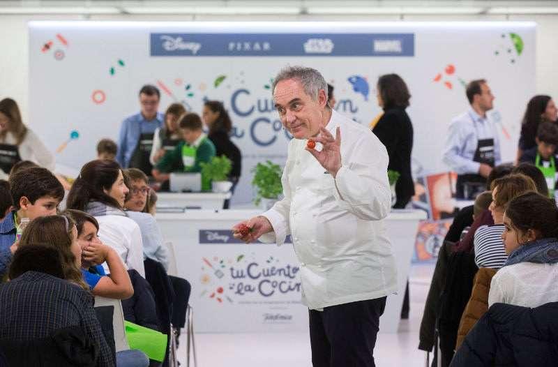 El chef Ferran Adrià en su visita al Centro Educativo Gençana de Godella