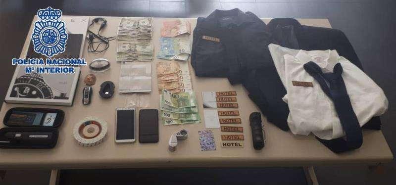 Efectos incautados a un hombre detenido en Alicante que se hacía pasar por botones para desvalijar a clientes de hoteles en la costa malagueña. EFE/Policía Nacional