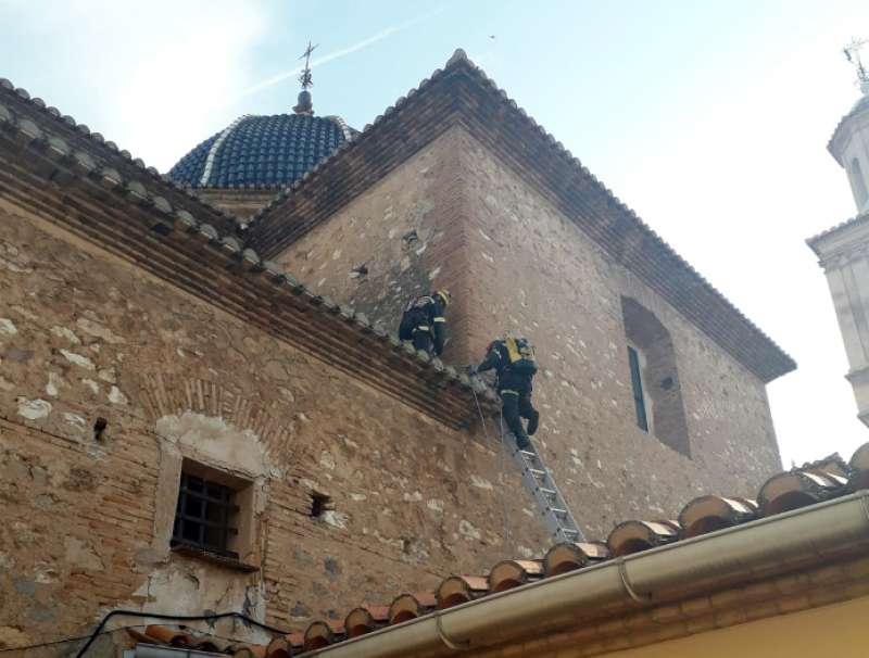 Los bomberos accediendo al tejado de la iglesia. Foto: P.Marín