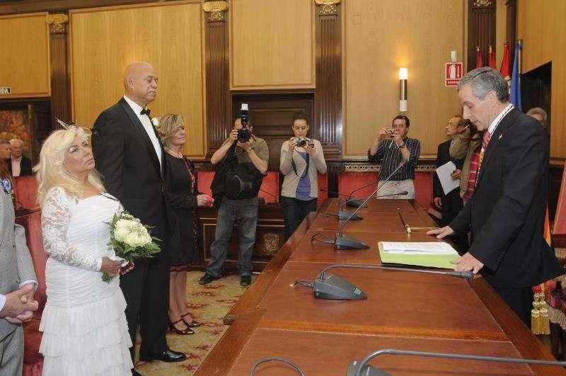 Un alcalde celebra una boda civil. EFE/Archivo