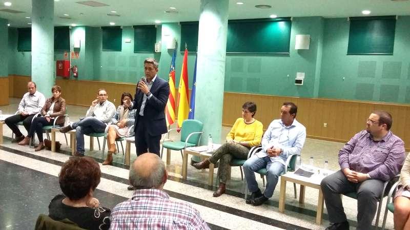 El alcalde de La Pobla en la seua intervenció en la reunió ciutadana. //EPDA