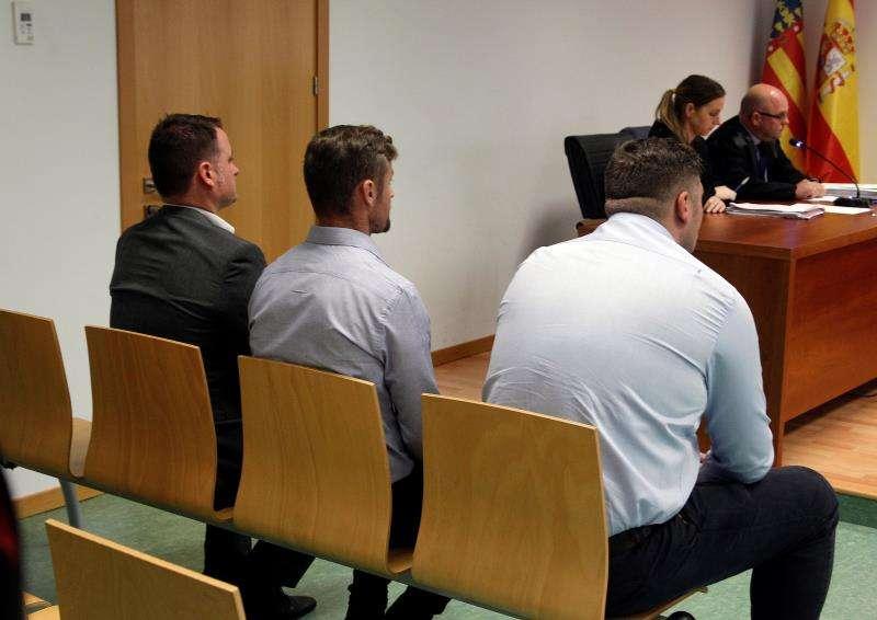 Los tres acusados británicos de haber violado en grupo a una compatriota en un apartamento de Benidorm durante la celebración del juicio en la Audiencia Provincial de Alicante. EFE/Archivo