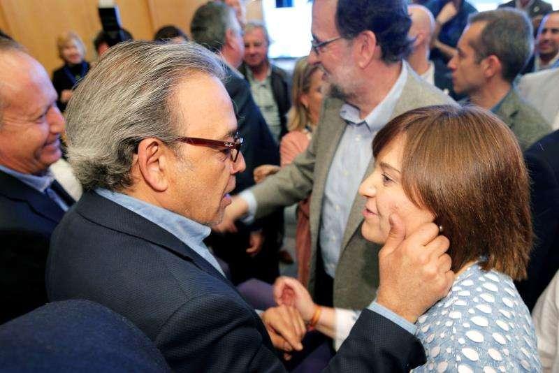 La presidenta del PP de la Comunitat Valenciana, Isabel Bonig, y el vicesecretario general del PSPV-PSOE, Manolo Mata, se saludan. EFE/Archivo
