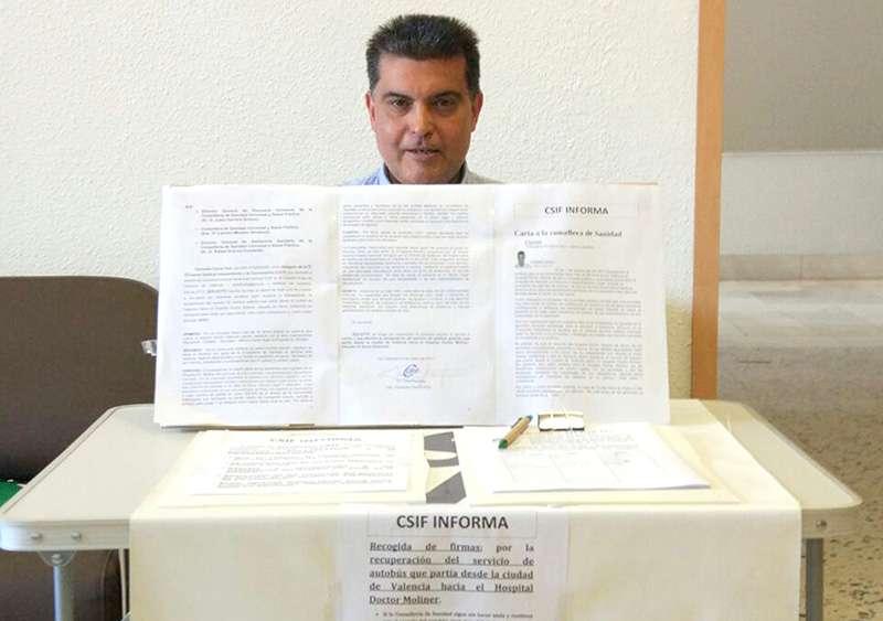 El Delegado del CSI·F está recogiendo las firmas en el mismo hospital. EPDA.