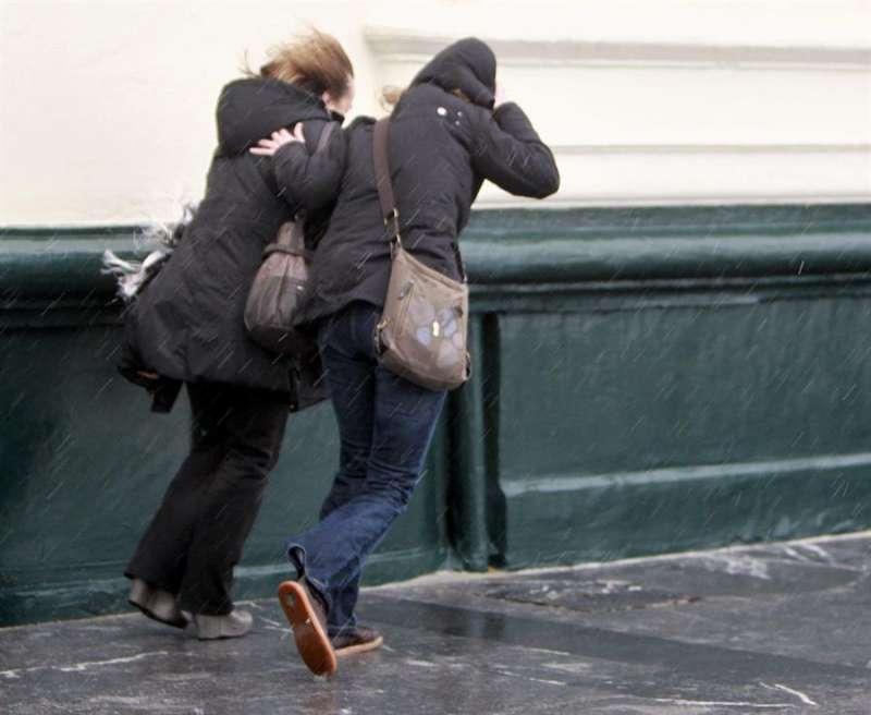 Dos mujeres pelean con el viento. EFE/Archivo