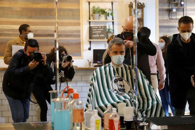 El síndic de Ciudadanos (Cs) en Les Corts valencianes, Toni Cantó, en la peluquería.