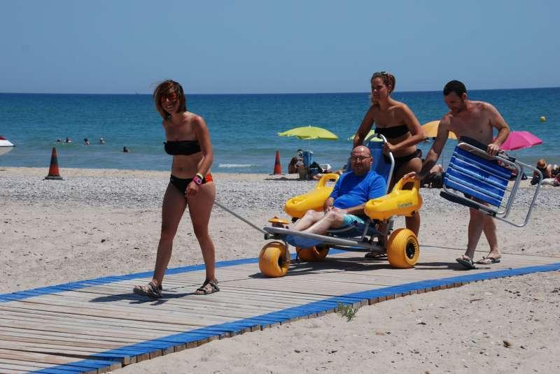 Voluntarios en el punto accesible de la playa de Almardà. / EPDA