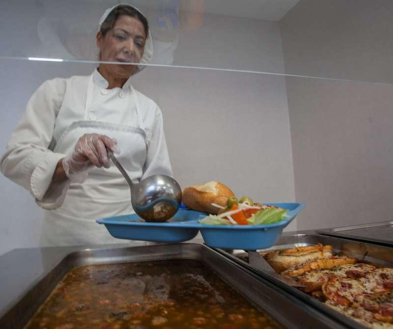 Una trabajadora del Comedor Social de Casa Caridad en Valencia. FOTO CASA CARIDAD