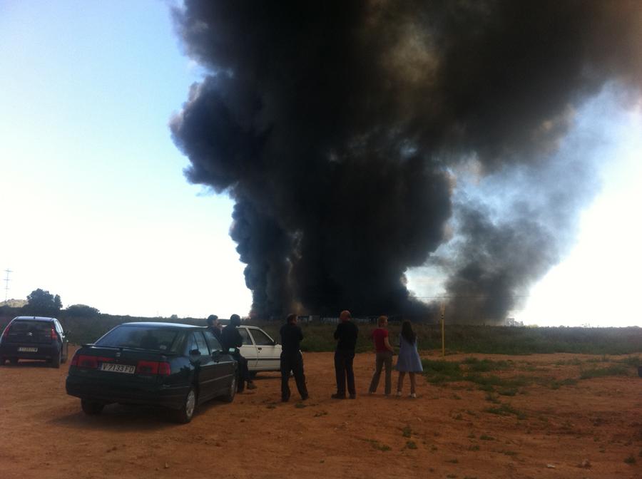 Varios curiosos observan el incendio. FOTO MARÍA MARTÍNEZ
