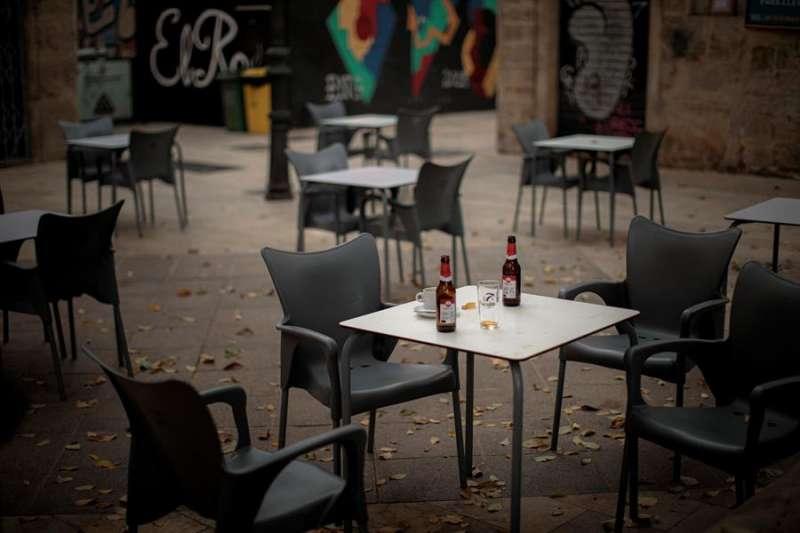 Una bebidas permanecen sin recoger en las mesas de una terraza de una céntrica plaza de València, en una imagen reciente. EFE/Biel Aliño