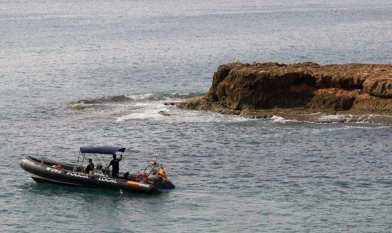 Una patrulla trata de localizar inmigrantes llegados en patera a la costa de Alicante. EFE/Archivo