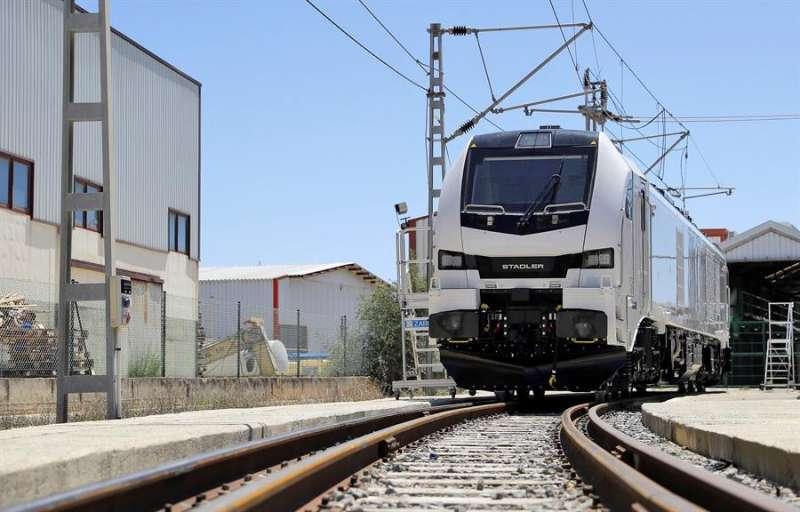 Una de las locomotoras diseñadas y fabricadas íntegramente en Valencia por Stadler. EFE/Manuel Bruque/Archivo
