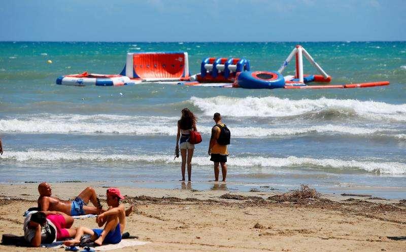 Imagen de la playa del Postiguet, en Alicante, cerrada provisionalmente al baño el miércoles hasta que mejore la calidad del agua, por los arrastres y vertidos del colector, tras las intensas precipitaciones. EFE / Manuel Lorenzo