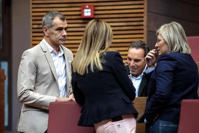 Toni Cantó conversa con miembros de su grupo. EFE/ Biel Aliño