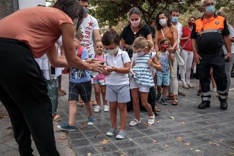 Niños ingresan a un colegio cumpliendo las medidas. EFE/Archivo