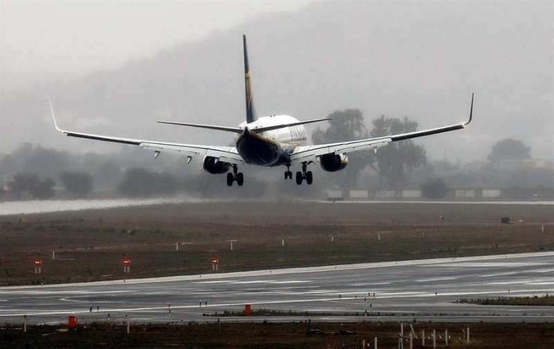 Los aeropuertos valencianos de Manises (en la imagen) y El Altet han acogido en las últimas horas decenas de vuelos desviados desde el de Barajas, en Madrid, que permanece cerrado por las condiciones meteorológicas y el estado de las pistas debido al temporal de nieve. EFE/ Ana Escobar