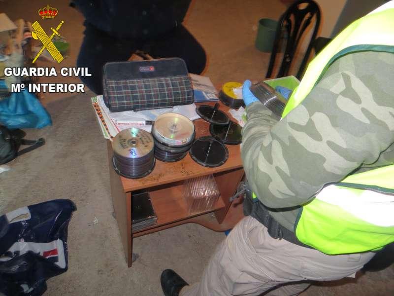 La Guardia Civil en el registro del domicIlio por las agresiones sexuales a menores en Faura. EPDA