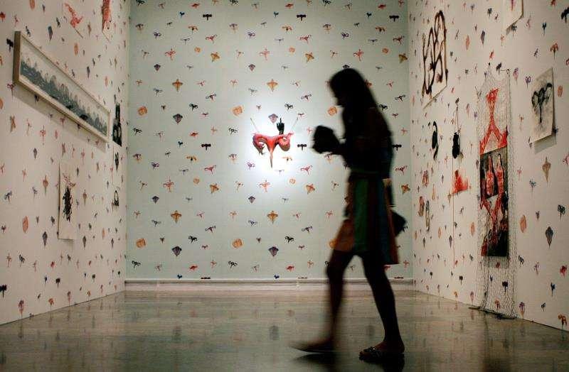 Una mujer visita una exposición de la artista francesa Annette Messager en el IVAM. EFE/Archivo