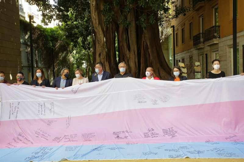 Las instituciones valencianas firman la bandera trans en apoyo al colectivo, en una imagen compartida por el alcalde de València, Joan Ribó.