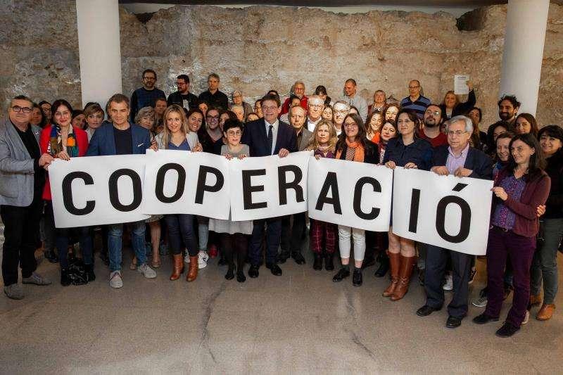 Representantes de los partidos con representación en Les Corts firman con la Coordinadora Valenciana de ONGD un acuerdo para que la cooperación internacional al desarrollo quede