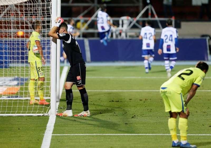 Los jugadores del Getafe tras encajar el primer y único gol del encuentro correspondiente a la última jornada de primera división que han disputado frente al Levante. EFE / Manuel Lorenzo