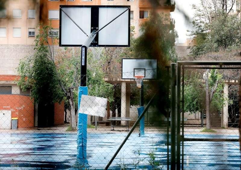 Imagen de archivo del patio de un colegio de València completamente vacío. EFE