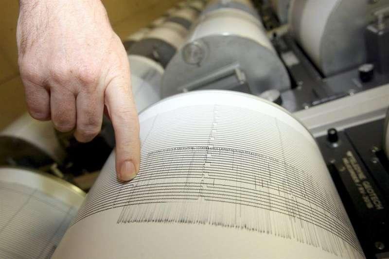 Imagen de archivo de un sismógrafo con el registro de un terremoto. EFE