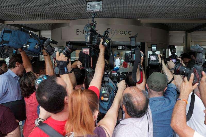 Periodistas y cámaras congregados esta mañana en la Ciudad de la Justicia de València fotografían a varios de los acusados en el juicio por amaños en el fútbol que comienza hoy. EFE/Kai Försterling
