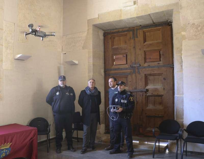 Agentes de la Policía Local de Llíria usando el nuevo dron. /epda