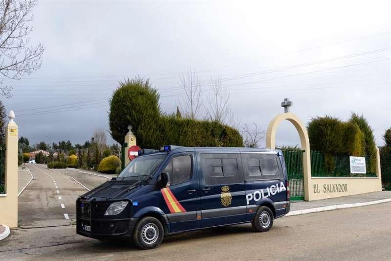 En la imagen, un coche de la Policía Nacional a las puertas del tanatorio de El Salvador, en Valladolid. EFE/Nacho Gallego/Archivo