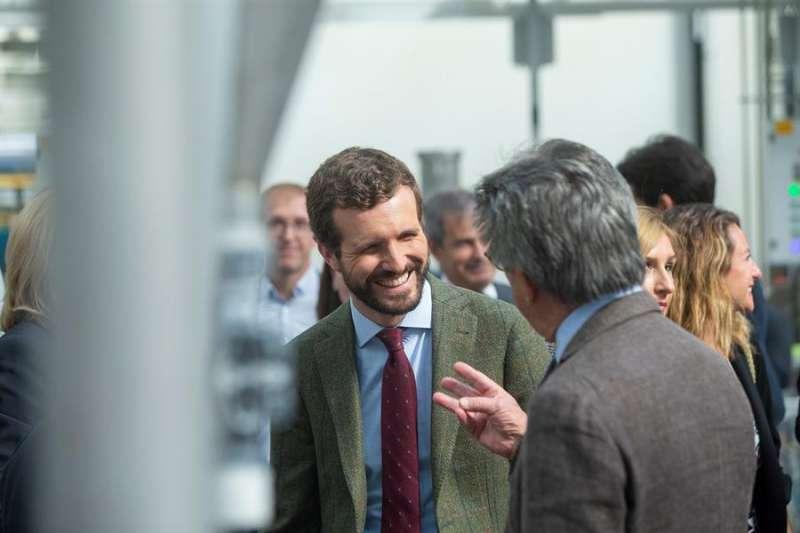 En la imagen Casado charla con Hector Colonques socio de Porcelanosa.EFE/ Domenech Castelló
