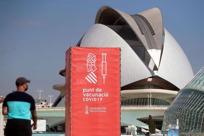 Uno de los centros de vacunación masiva instalado en la Ciudad de las Artes y las Ciencias de València.