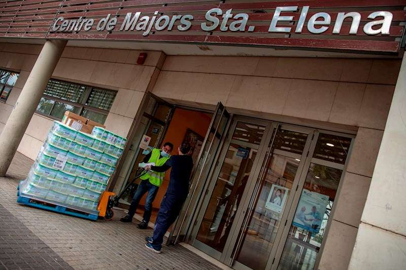 Un transportista suministra material a la residencia de la tercera edad Santa Elena de Torrent. EFE
