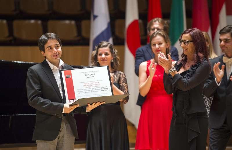 El ganador recibiendo el aplauso de la vicepresidenta de la Diputación. FOTO ABULAILA